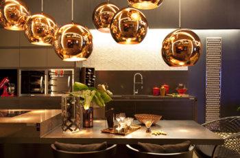 Pendentes decorativos viram tendência e se destacam com design arrojado. Confira agora!