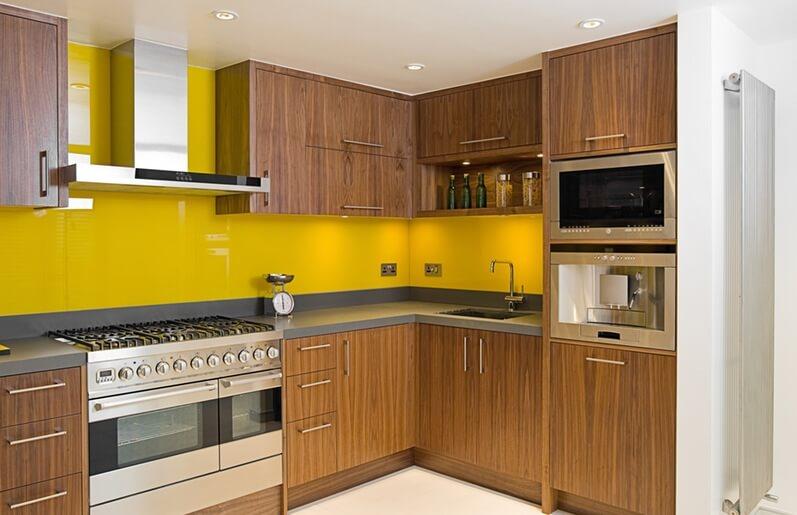 Combinacao de decoracao com amarelo e tons de madeira 02