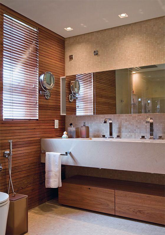 banheiro com tons de madeira