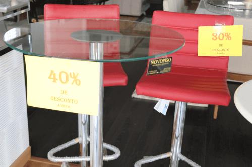 banqueta vermelha e mesa de vidro