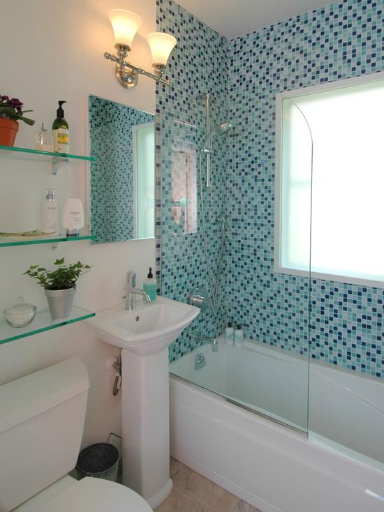 Banheiro com revestimento de pastilhas.
