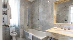 Banheiro com revestimento de mármore