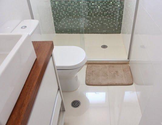 Banheiro com piso e revestimento de porcelanato.