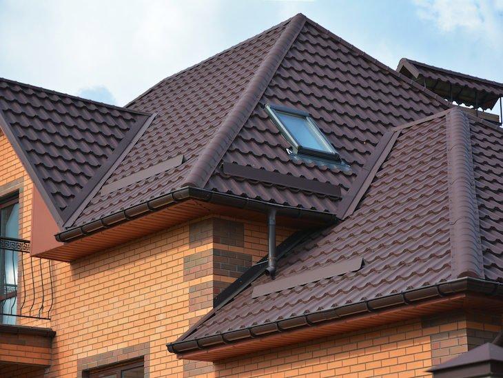 Imagem com exemplo de um telhado que leva a um artigo sobre tipode de telhados e de telhas