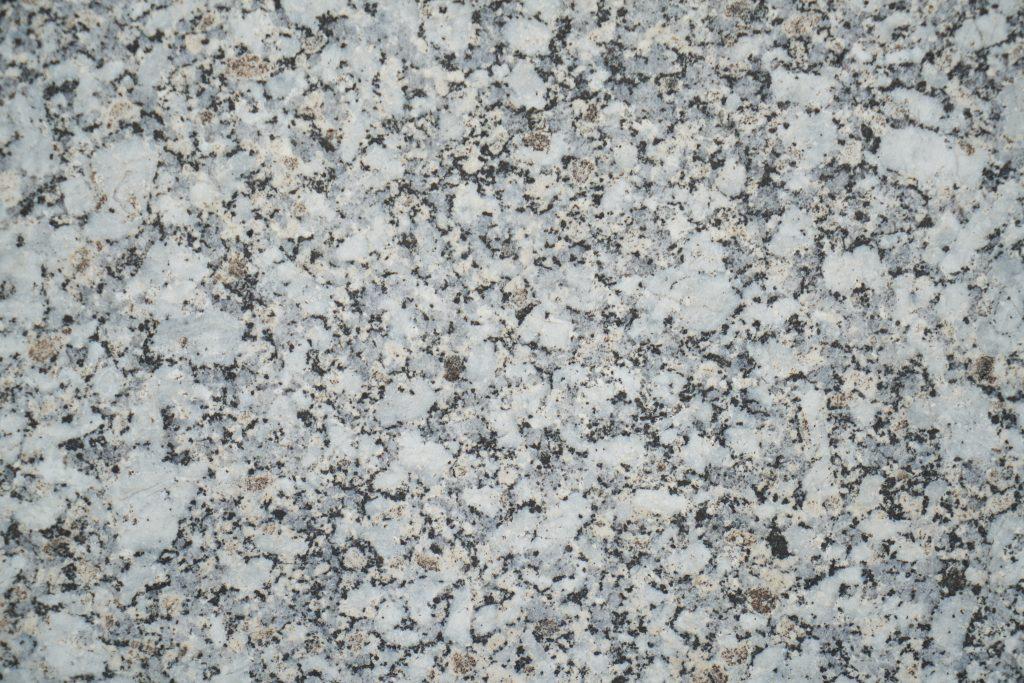 Qual a diferença de mármore e granito