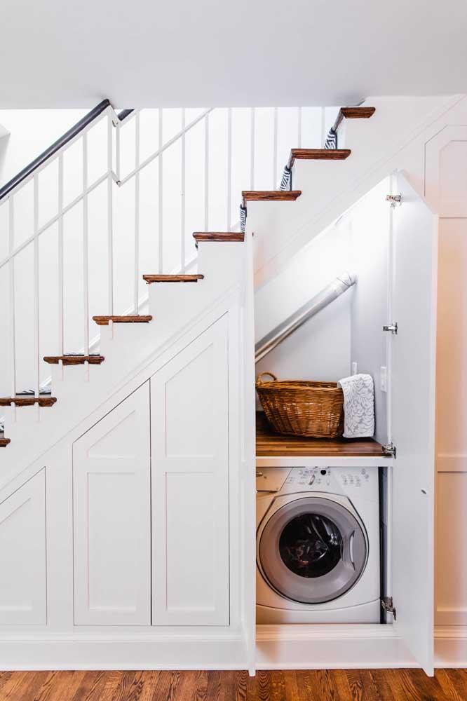 lavanderia embaixo da escada