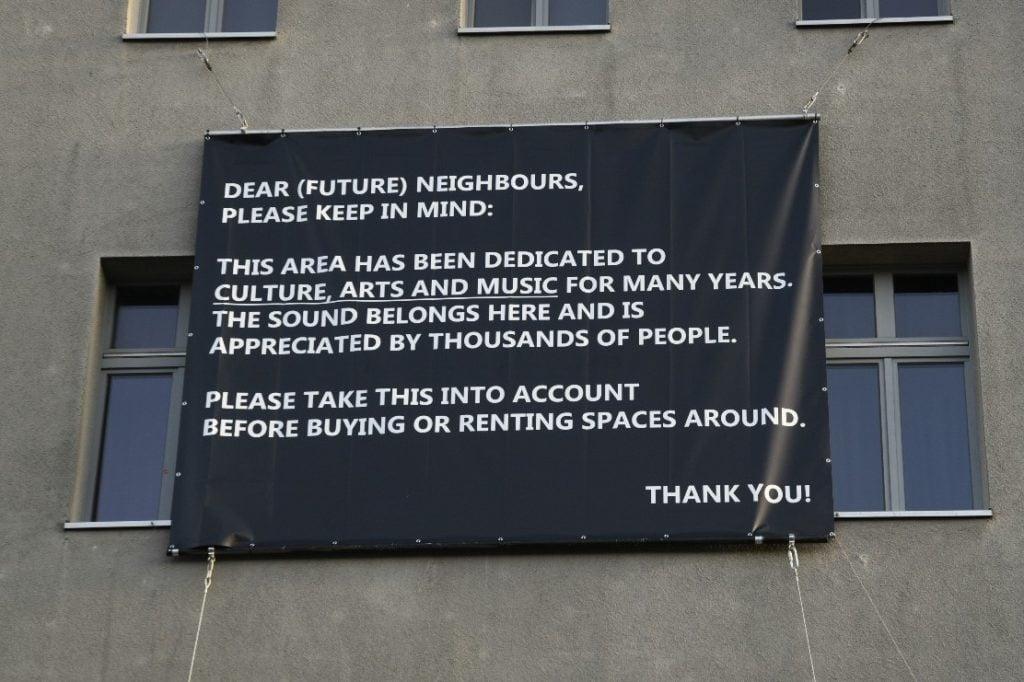 um recado para as pessoas contra a gentrificação