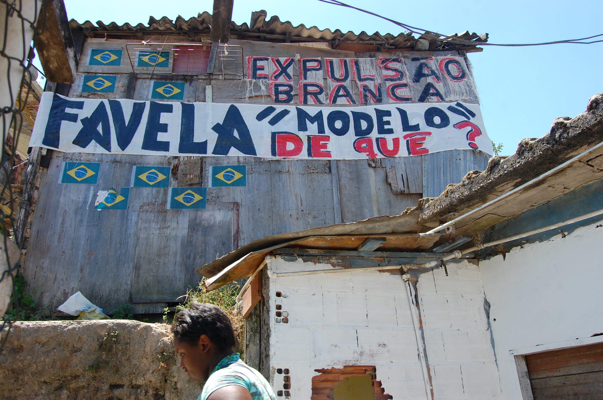 uma casa com palavras protesteando contra a gentrificação