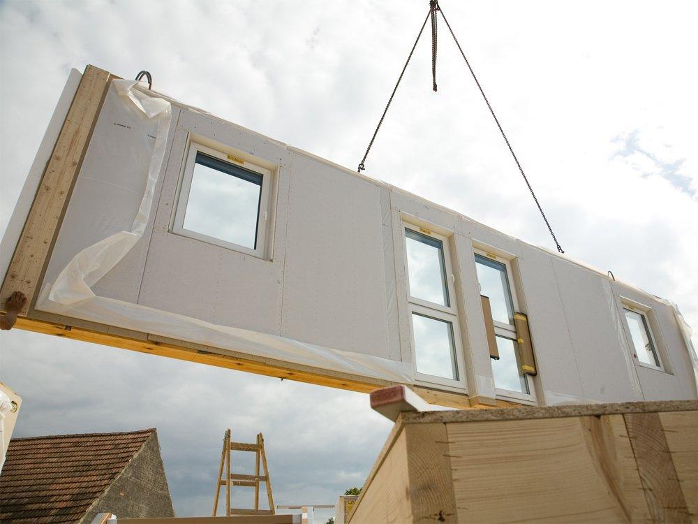 mostrar uma construção que usa materiais pré-moldados ou pré-fabricados