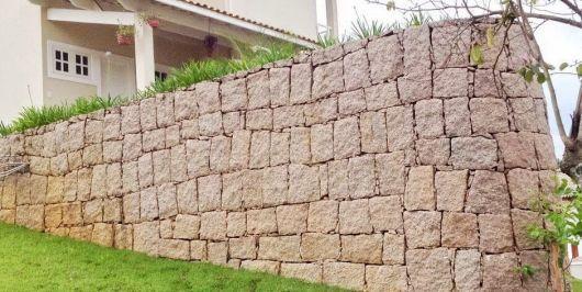 uma imagem de um muro de arrimo feito de alvenaria de pedra
