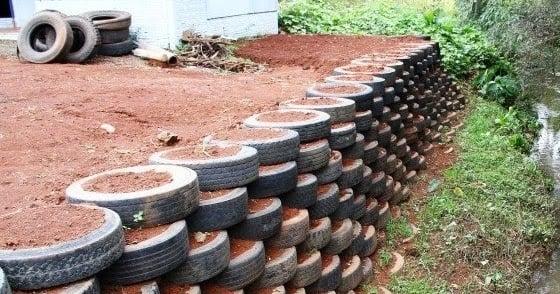 uma imagem de um muro de arrimo feito de alvenaria de pneu