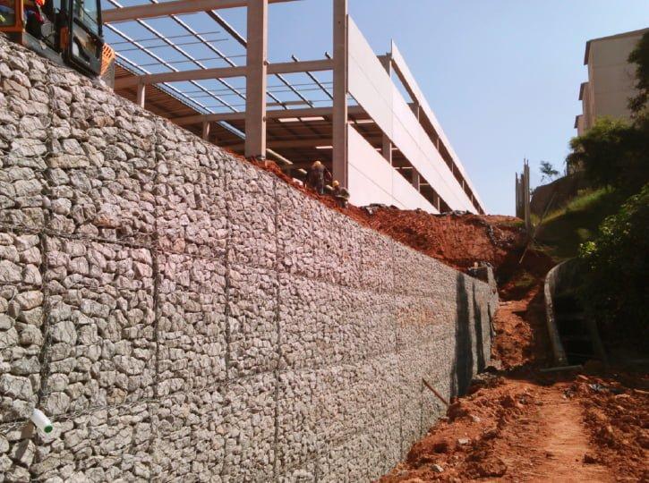 mostrar um muro de gabião