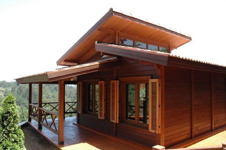 Casas-pré-fabricadas-de-madeira-com-janelas-de-madeira