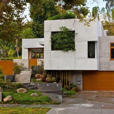 casas pré-fabricadas em concreto, madeira e escada