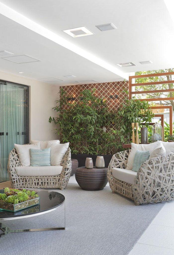 Mesas para área de lazer com poltronas contemporâneas