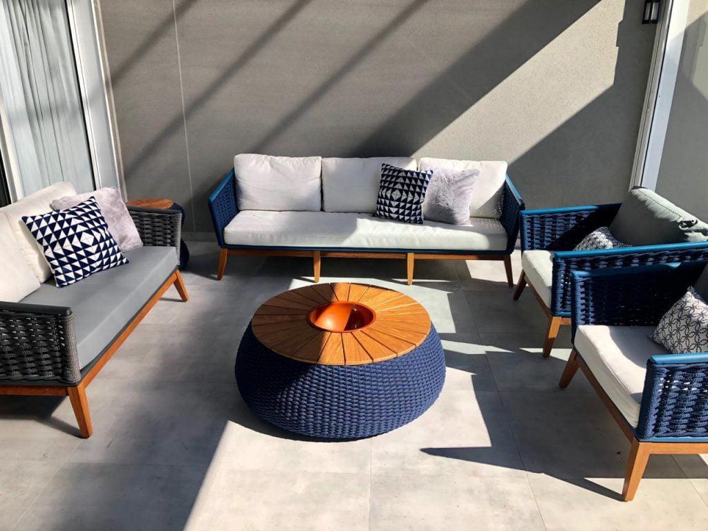Mesas para área de lazer com sofá