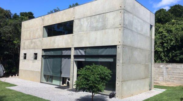 casas pré-fabricadas em concreto aparente e metais