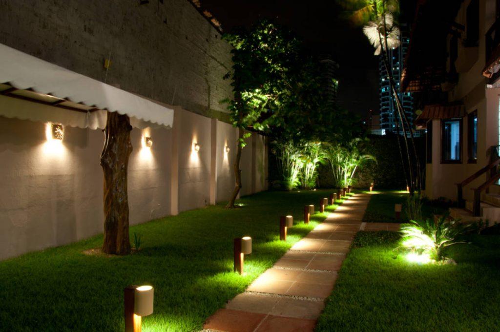 Modelo de como usar as luzes para jardim em caminhos