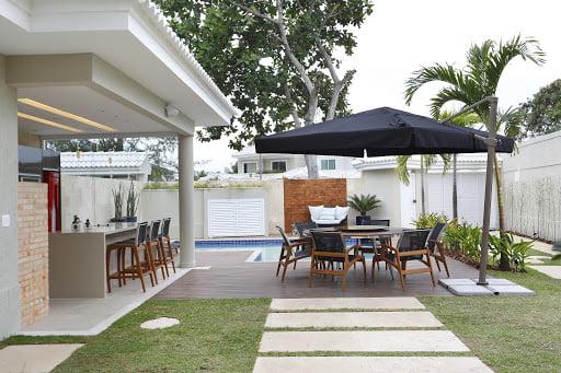 Mesas para área de lazer com ombrelone