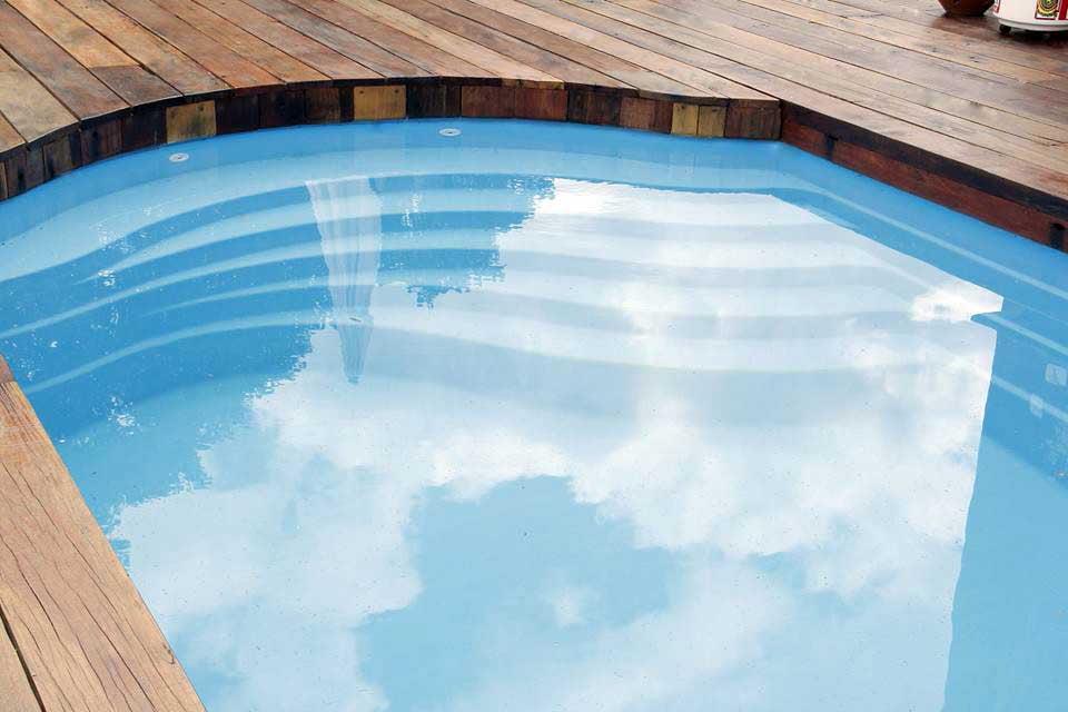 Modelo com escadas de piscina de fibra