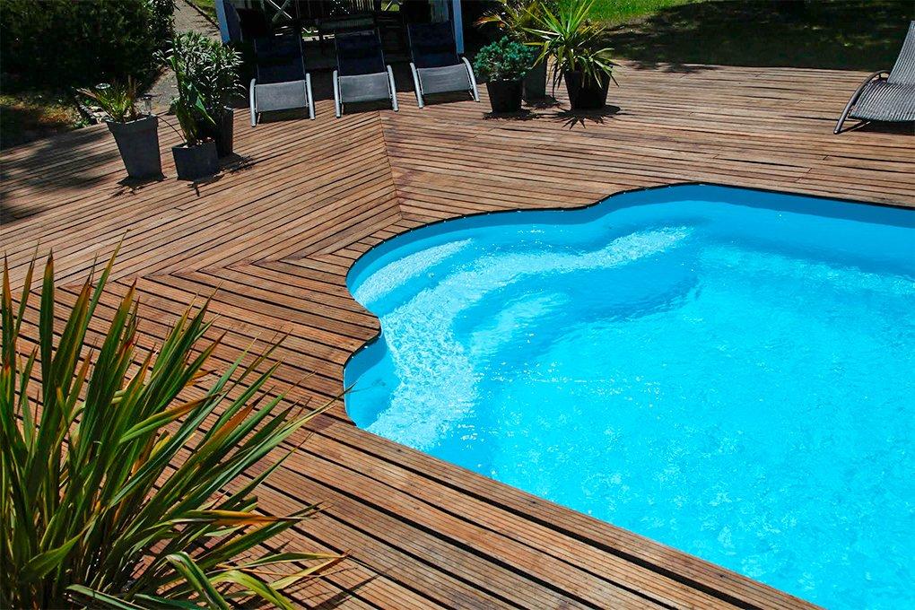 Modelo com assento de piscina de fibra